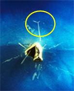 α線の飛跡の先端部で 空気中の原子核 (恐らく窒素か酸素の原子核) に衝突し進路を変えている
